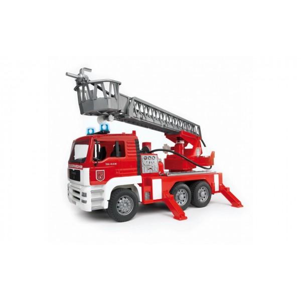Пожарный грузовик с лестницей Мan 1:16, водяной помпой, светом и звуком, Bruder 02771